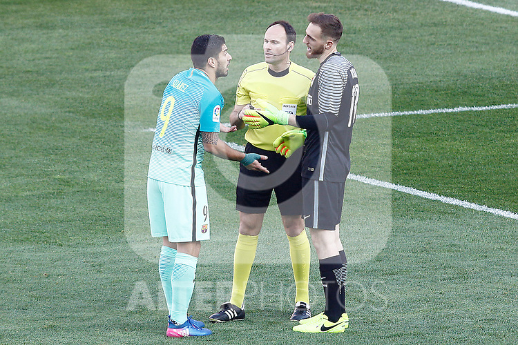 Atletico de Madrid's Jan Oblak (r) and FC Barcelona's Luis Suarez have words in presence of Spanish referee Antonio Miguel Mateu Lahoz during La Liga match. February 26,2017. (ALTERPHOTOS/Acero)