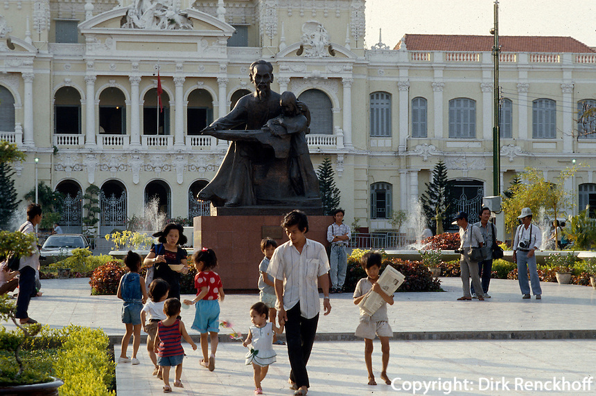 Ho Chi Minh-Denkmal vor Rathaus in Saigon, Vietnam
