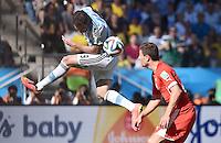 FUSSBALL WM 2014                ACHTELFINALE Argentinien - Schweiz                  01.07.2014 Gonzalo Higuain (li, Argentinien) gegen Fabian Schaer (re, Schweiz)