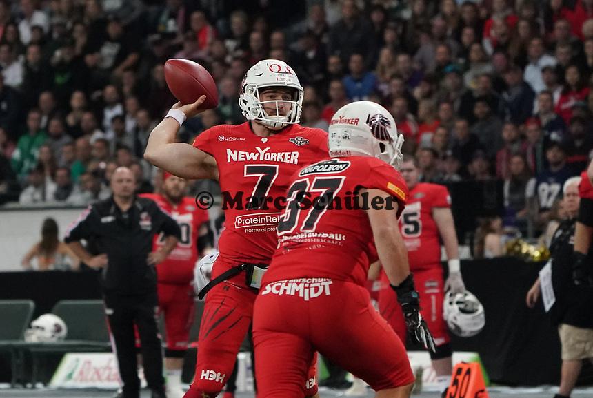 QB Brandon Cornette (Braunschweig Lions) wirft - 12.10.2019: German Bowl XLI Braunschweig Lions vs. Schwäbisch Hall Unicorns, Commerzbank Arena Frankfurt