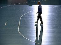 HC Leipzig : DVSC Korvex - Handball Damen Women Champions League - .Nach einem souveränen 31:25 Erfolg gegen den ungarischen Vize-Meister DVSC Korvex vor 2.747 Zuschauern in der Leipziger ARENA - im Bild: HCL Torfrau Katja Schülke - Schatten ihrer selbst ? Porträt Ganzfigur.   Foto: Norman Rembarz