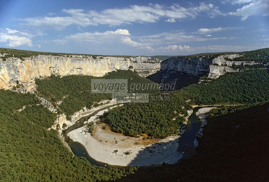 Europe/France/Rhone-Alpes/07/Ardéche /Gorges de l'Ardéche: la Haute Corniche vue depuis le Balcon des Templiers