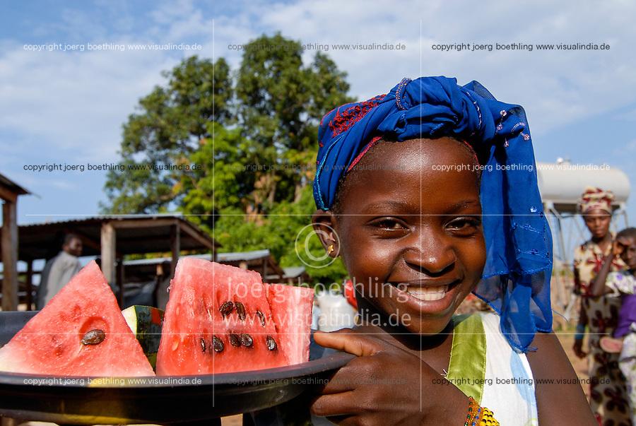 MALI, market day in village Faragouran, girl sells watermelon / MALI Markt im Dorf Faragouaran, Maedchen verkauft Melone