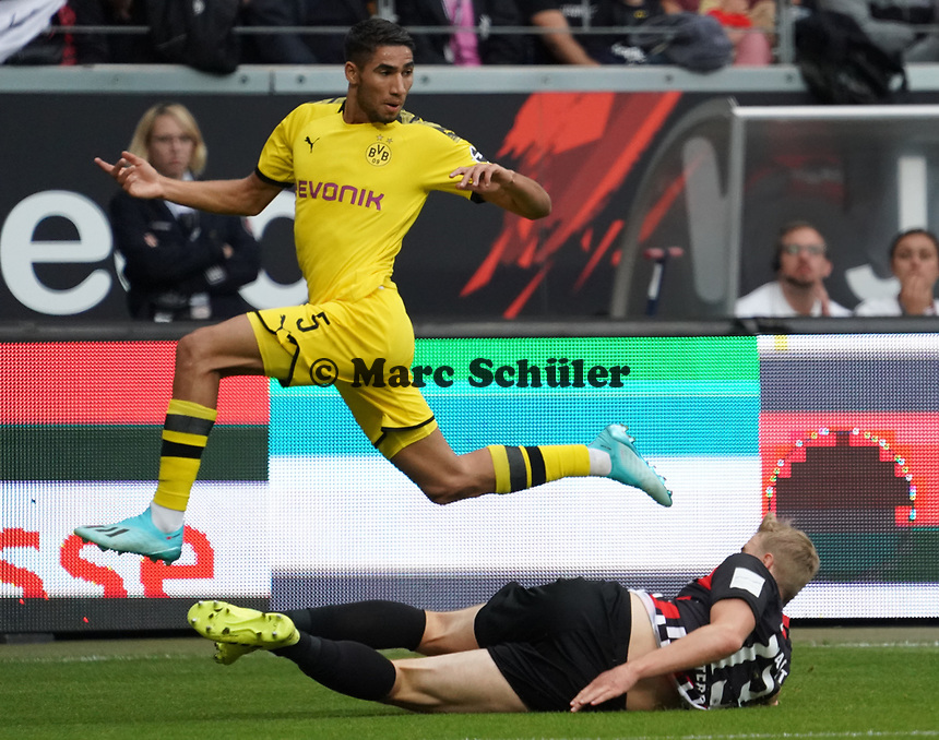 Achraf Hakimi (Borussia Dortmund) gegen Martin Hinteregger (Eintracht Frankfurt) - 22.09.2019: Eintracht Frankfurt vs. Borussia Dortmund, Commerzbank Arena, 5. Spieltag<br /> DISCLAIMER: DFL regulations prohibit any use of photographs as image sequences and/or quasi-video.