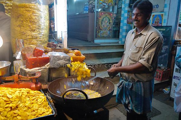 Indian man frying banana crisps to sell in Kumily (Periyar). India, Kerala, Kumily 2005. No releases available.