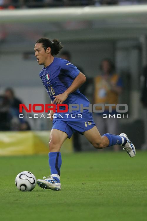 FIFA WM 2006 -  Semi Finals / Halbfinale<br /> Play    #61 (04-Juli) - Deutschland - Italien 0:2 n.V.<br /> <br /> Mauro Camoranesi von Italien in Einzel Aktion.<br /> Mauro Camoranesi treibt den Ball nach vorne.<br /> <br /> Foto &copy; nordphoto