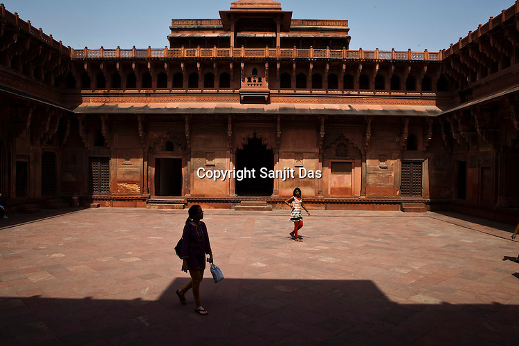 Visitors walk around the Agra Fort in Agra, Uttar Pradesh in India. Photo: Sanjit Das/Panos pour Le Point