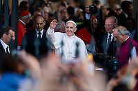Papa Francesco saluta i fedeli all'uscita della Basilica di San Paolo fuori le mura.