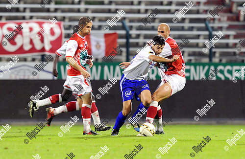 11-10-29 / Voetbal / seizoen 2011-2012 / R. Antwerp FC - KSK Heist / Yusuf Ozcan (Heist) in duel met De Smet en Viane (L)..Foto: Mpics