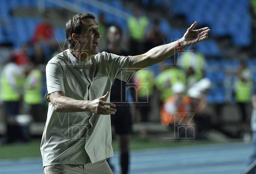 CALI - COLOMBIA, 14-11-2019: Alexandre Guimaraes técnico del América gesticula durante partido por la fecha 2, cuadrangulares semifinales, de la Liga Águila II 2019 entre América de Cali y Alianza Petrolera jugado en el estadio Pascual Guerrero de la ciudad de Cali. / Alexandre Guimaraes coach of America de Cali gestures during match for the date 2, quadrangular semifinals, as part of Aguila League II 2019 between America de Cali and Alianza Petrolera played at Pascual Guerrero stadium in Cali. Photo: VizzorImage / Gabriel Aponte / Staff