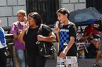 ATENCAO EDITOR: FOTO EMBARGADA PARA VEICULOS INTERNACIONAIS. SAO PAULO, SP, 23 DE NOVEMBRO DE 2012 - Paulistano vive tarde quente e ensolarada na regiao central da capital nesta sexta feira, 23.  FOTO: ALEXANDRE MOREIRA - BRAZIL PHOTO PRESS.