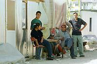 Nach dem Erdbeben im August in der Tuerkei leben tausende Menschen in Zeltlagern und Behilfszelten.<br /> Da staatliche Hilfe nur zoegernd oder gar nicht kommt, haben sich die Bewohner der schwer getroffenen Ortschaft Altmis Evler selber daran gemacht halbwegs winterfeste Unterkuenfte zu bauen. Kosten fuer eine Wellblechhuette, ca. 500 Millionen Lira (2.000 DM). Das durchschnittliche Monatseinkommen liegt bei nur 100 bis 120 Millionen Lira.<br /> 14.10.1999, Altmis Evler/Tuerkei<br /> Copyright: Christian-Ditsch.de<br /> [Inhaltsveraendernde Manipulation des Fotos nur nach ausdruecklicher Genehmigung des Fotografen. Vereinbarungen ueber Abtretung von Persoenlichkeitsrechten/Model Release der abgebildeten Person/Personen liegen nicht vor. NO MODEL RELEASE! Nur fuer Redaktionelle Zwecke. Don't publish without copyright Christian-Ditsch.de, Veroeffentlichung nur mit Fotografennennung, sowie gegen Honorar, MwSt. und Beleg. Konto: I N G - D i B a, IBAN DE58500105175400192269, BIC INGDDEFFXXX, Kontakt: post@christian-ditsch.de<br /> Bei der Bearbeitung der Dateiinformationen darf die Urheberkennzeichnung in den EXIF- und  IPTC-Daten nicht entfernt werden, diese sind in digitalen Medien nach &sect;95c UrhG rechtlich gesch&uuml;tzt. Der Urhebervermerk wird gemaess &sect;13 UrhG verlangt.]