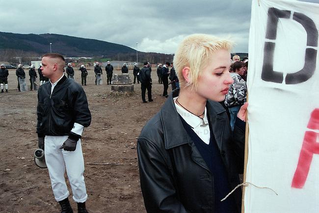 Neonazi-Demonstration im thueringischen Saalfeld.<br /> 300 Mitglieder der NPD, des Thueringer Heimatschutzes und deren Sympathiesanten demonstrierten am Samstag den 14. Maerz 1998 in Saalfeld gegen eine antifaschistische Demonstration in Saalfeld.<br /> Organisiert wurde die Demonstration von der NPD-Thueringen und Mitgliedern des Thrueringer Heimatschutz (THS).<br /> Links im Bild: Marcel Enderlein, Saalfeld.<br /> 14.3.1998, Saalfeld/Thueringen<br /> Copyright: Christian-Ditsch.de<br /> [Inhaltsveraendernde Manipulation des Fotos nur nach ausdruecklicher Genehmigung des Fotografen. Vereinbarungen ueber Abtretung von Persoenlichkeitsrechten/Model Release der abgebildeten Person/Personen liegen nicht vor. NO MODEL RELEASE! Nur fuer Redaktionelle Zwecke. Don't publish without copyright Christian-Ditsch.de, Veroeffentlichung nur mit Fotografennennung, sowie gegen Honorar, MwSt. und Beleg. Konto: I N G - D i B a, IBAN DE58500105175400192269, BIC INGDDEFFXXX, Kontakt: post@christian-ditsch.de<br /> Bei der Bearbeitung der Dateiinformationen darf die Urheberkennzeichnung in den EXIF- und  IPTC-Daten nicht entfernt werden, diese sind in digitalen Medien nach &sect;95c UrhG rechtlich geschuetzt. Der Urhebervermerk wird gemaess &sect;13 UrhG verlangt.]