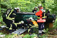 Schwerverletzte wird aus dem verunglückten Fahrzeug geborgen - Messel/Egelsbach 12.05.2018: Feuerwehr-Großübung im Wald