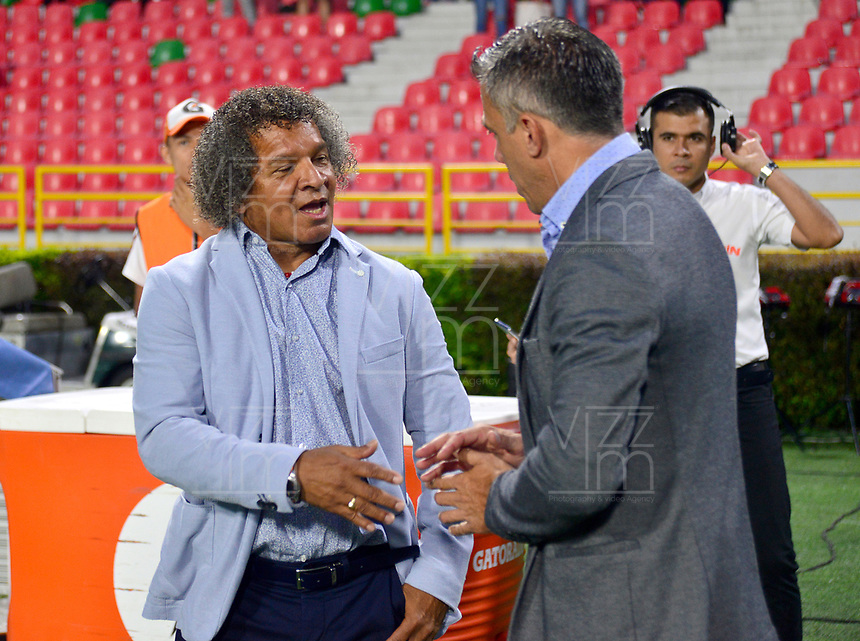 IBAGUE – COLOMBIA, 03-10-2019: Alberto Gamero técnico del Tolima saluda a Lucas Pusineri técnico del Cali previo al partido entre Deportes Tolima y Deportivo Cali por la fecha 14 de la Liga Águila II 2019 jugado en el estadio Manuel Murillo Toro de la ciudad de Ibagué. / Alberto Gamero coach of Tolima shakes hands with Lucas Pusineri coach of Cali prior the match between Deportes Tolima and Deportivo Cali for the date 14 as part of Aguila League II 2019 played at Manuel Murillo Toro stadium in Ibague. Photo: VizzorImage / Juan Carlos Escobar / Cont