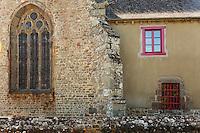 Batiment en bauge accole a l'eglise en pierre