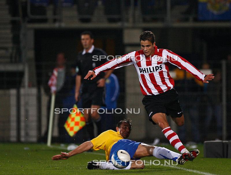Nederland, Waalwijk, 28 oktober 2006 .Eredivisie .Seizoen 2006-2007 .RKC Waalwijk-PSV (0-3) .Ibrahim Afellay (r) van PSV omspeelt Patrick van Dieman van RKC Waalwijk.