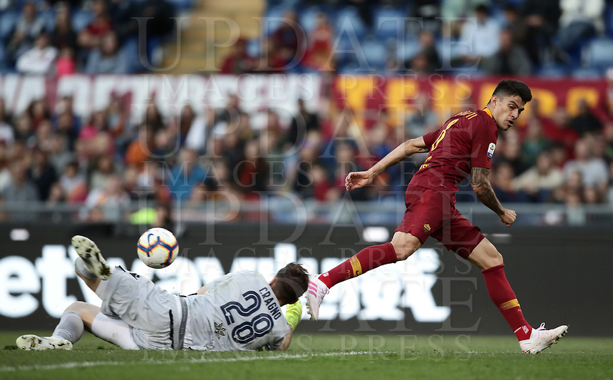 Football, Serie A: AS Roma - Cagliari, Olympic stadium, Rome, April 27, 2019. <br /> Roma's Diego Perotti (r) in action with Cagliari's goalkeeper Alessio Cragno (l) during the Italian Serie A football match between AS Roma and Cagliari, on April 27, 2019. <br /> UPDATE IMAGES PRESS/Isabella Bonotto