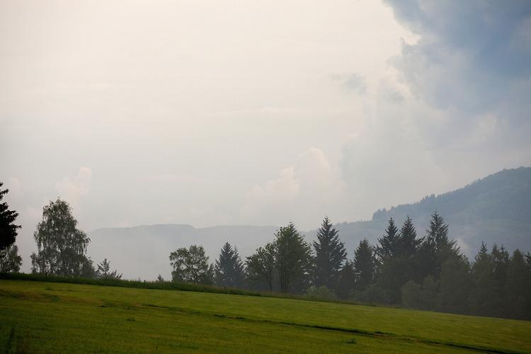 Europa, DEU, Deutschland, Hessen, Rhoen, Kuppenrhoen, Naturpark Hessische Rhoen, Biosphaerenreservat Rhoen, Unwetter, Wolkenstimmung, Kategorien und Themen, Natur, Umwelt, Landschaft, Landschaftsfotos, Landschaftsfotografie, Landschaftsfoto, Wetter, Himmel, Wolken, Wolkenkunde, Wetterbeobachtung, Wetterelemente, Wetterlage, Wetterkunde, Witterung, Witterungsbedingungen, Wettererscheinungen, Meteorologie, Bauernregeln, Wettervorhersage, Wolkenfotografie, Wetterphaenomene, Wolkenklassifikation, Wolkenbilder, Wolkenfoto<br /> <br /> [Fuer die Nutzung gelten die jeweils gueltigen Allgemeinen Liefer-und Geschaeftsbedingungen. Nutzung nur gegen Verwendungsmeldung und Nachweis. Download der AGB unter http://www.image-box.com oder werden auf Anfrage zugesendet. Freigabe ist vorher erforderlich. Jede Nutzung des Fotos ist honorarpflichtig gemaess derzeit gueltiger MFM Liste - Kontakt, Uwe Schmid-Fotografie, Duisburg, Tel. (+49).2065.677997, ..archiv@image-box.com, www.image-box.com]