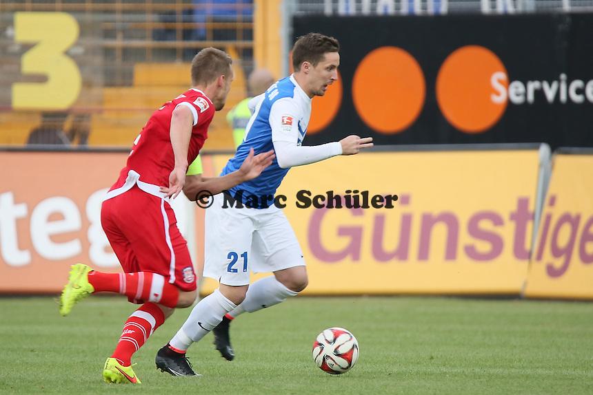Sandru Sirigu (SV 98) setzt sich durch gegen Hanno Balitsch (FSV) - SV Darmstadt 98 vs. FSV Frankfurt, Stadion am Boellenfalltor