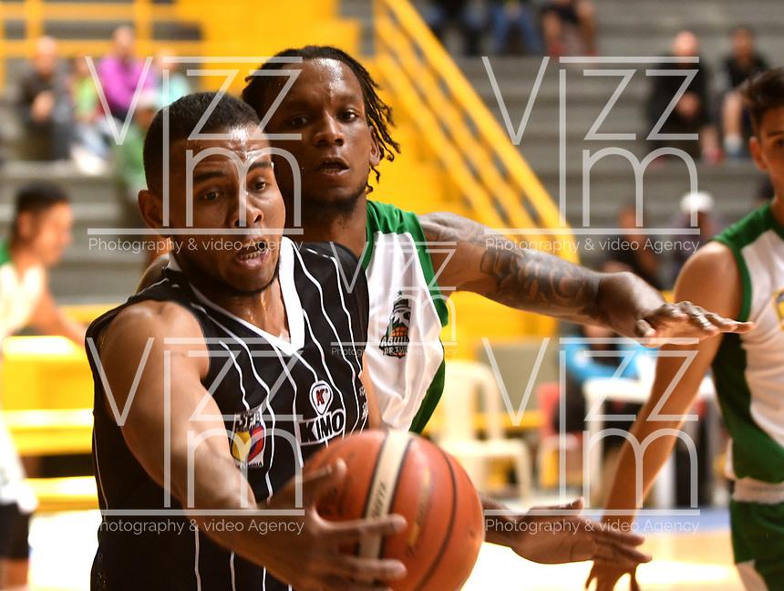 BOGOTA – COLOMBIA - 28 – 05 - 2017: Emiro Romero (Izq.) jugador de Piratas, disputa el balón con Karl Moore (Der.) jugador de Aguilas, durante partido entre Piratas de Bogota y Aguilas de Tunja por la fecha 4 de Liga  Profesional de Baloncesto Colombiano 2017 en partido jugado en el Coliseo El Salitre de la ciudad de Bogota. / Emiro Romero (L) player of Piratas, fights for the ball with Karl Moore (R) player of Aguilas, during a match between Piratas of Bogota and Aguilas of Tunja, of the  date 4th for La Liga  Profesional de Baloncesto Colombiano 2017, game at the El Salitre Coliseum in Bogota City. Photo: VizzorImage / Luis Ramirez / Staff.