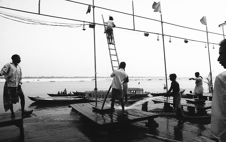 11.2008 Varanasi (Uttar Pradesh)<br /> <br /> Men washing the ghat before aarti puja.<br /> <br /> Hommes en train de laver le ghat avant la puja aarti.