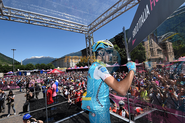 Fabio Aru (ITA) Astana signs on for Stage 17 of the 98th Giro d'Italia 2015 running 134km from Tirano to Lugano in Switzerland, the shortest of the race and also the only cross-border stage of this year's Giro. 27th May 2015. <br /> Photo: ANSA/Daniel Dal Zennaro/www.newsfile.ie