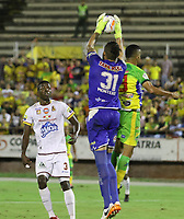 NEIVA - COLOMBIA, 18-02-2015: Davison Lemus (Der) del Atlético Huila salta por el balón con Alvaro Montero (Izq) arquero del Deportes Tolima durante partido por la fecha 8 de la Liga Águila I 2018 jugado en el estadio Guillermo Plazas Alcid de la ciudad de Neiva. / Davison Lemus (R) player of Atletico Huila jumps for the ball with Alvaro Montero (L) goalkeeper of Deportes Tolima during match for the date 8 of the Aguila League I 2018 played at Guillermo Plazas Alcid in Neiva city. VizzorImage / Sergio Reyes / Cont