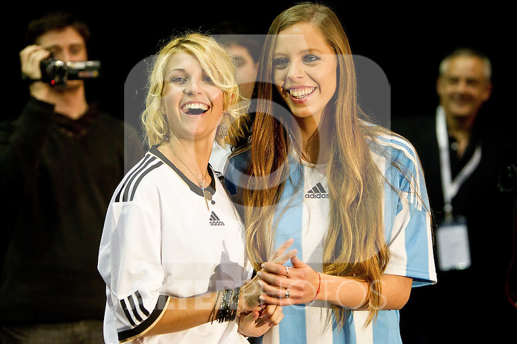 30.06.2010, Nelson Mandela Square, Johannesburg, RSA, FIFA WM 2010, Miss World Penalty Shootout im Bild Miss Germany Maike Frohlingsdorf and Miss Argentina Mae Screlkove  as Miss World contestants from the quarter finals FIFA World Cup 2010 at AIPS glamour event,  Foto: nph /   Vid Ponikvar, ATTENTION! Slovenia OUT
