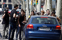 BARCELONA, ESPANHA, 29 DE MARCO DE 2012 - GREVE GERAL NA ESPANHA - Grupo de manifestantes impedem carro que tentou furar bloqueio  na Praca de Catalunha na regiao central de Barcelona, nesta quinta-feira, 29. (FOTO: WILLIAM VOLCOV / BRAZIL PHOTO PRESS).