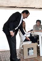 BOGOTA – COLOMBIA - 25-05-2014: Oscar Iván Zuluaga, candidato a la presidencia por el grupo político Centro Democrático, ejerce su derecho al voto al inicio de las Elecciones Presidente de Colombia  en la ciudad de Bogotá. Los colombianos elegirán en las urnas al nuevo Presidente de Colombia 2014-2018.  / Oscar Ivan Zuluaga presidential candidate of the Centro Democratico political party exercised their right to vote at the beginning of Elections President of Colombia, in Bogotá city. Colombians elected at the polls the new President of Colombia from 2014 to 2018. Photo: VizzorImage/ Luis Ramirez / Staff