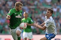 FUSSBALL   1. BUNDESLIGA   SAISON 2012/2013    32. SPIELTAG SV Werder Bremen - TSG 1899 Hoffenheim             04.05.2013 Aaron Hunt (li, SV Werder Bremen) gegen Stefan Thesker (re, TSG 1899 Hoffenheim)