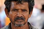 Indien Chhattisgarh , Dorf Sargipal, Bauer Tanadi , Prof. Anil Gupta und sein Team von SRISTI erforschen lokales Wissen, Biodiversitaet und Erfindungen der lokalen Bevoelkerung auf der Shodh Yatra einer Wandertour durch Adivasi Doerfer in der Bastar Region / India Chhattisgarh, Prof. Anil Gupta and his NGO SRISTI discover on the walk Shodh Yatra local knowledge and inventions in the tribal region of Bastar, portraet of farmer Tanadi