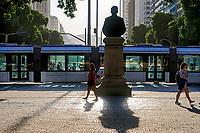 Pedestres e veiculo VLT na Avenida Getulio Vargas, Rio de Janeiro. 2019. Foto © Juca Martins