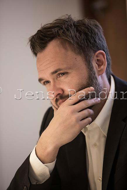 Dan Jannik Jørgensen (født 12. juni 1975 i Odense[1]) er en dansk politiker, der mellem 2013 og 2015 var fødevareminister[2] for Socialdemokraterne.[3] Han var medlem af Europa-Parlamentet for Socialdemokraterne fra 2004 til 2013. Han var spidskandidat og blev genvalgt ved Europa-Parlamentsvalget 2009.<br /> <br /> Dan Jørgensen har siden midten af 2015 dannet par med skuespilleren Laura Bach. Tidligere har han dannet par med modellen Sofie Jagert.[4]<br /> <br /> Han er opvokset i Morud[4] på Fyn. Han gik på Nordfyns Gymnasium i Søndersø på Nordfyn fra 1991 til 1994. Dan Jørgensen, der er cand.scient.pol., læste statskundskab ved Aarhus Universitet og University of Washington med specialisering i EU og politisk kommunikation. Han var formand for Frit Forum Århus 2001-2002.<br /> <br /> Dan Jørgensens indgang i politik var præget af mødet med forhenværende formand for Socialdemokratiet og tidligere miljøminister Svend Auken, som han mødte i forbindelse med arbejdet i Frit Forum i Århus.<br /> <br /> I 2015 fremlagde han et lovforslag til en ændring af Dyreværnsloven, der blandt andet skulle forbyde dyresex i Danmark. Forslaget blev i april samme år vedtaget af et flertal af Folketingets partier.[5][6]<br /> Europa-Parlamentet<br /> <br /> Dan Jørgensen stillede for første gang op til Europa-Parlamentet i 2004. Her blev han indvalgt med 10.350 personlige stemmer den 13. juni 2004. Dan Jørgensen blev derefter næstformand i Miljøudvalget (ENVI).<br /> <br /> Ved Europa-Parlamentsvalget 2009 var han sit partis spidskandidat. Dan Jørgensen opnåede genvalg med et personligt stemmetal på 233.266[7], hvilket er det fjerdehøjeste stemmetal en dansker har opnået ved et valg til Europa-Parlamentet.<br /> <br /> <br /> <br /> Foto: Jens Panduro.