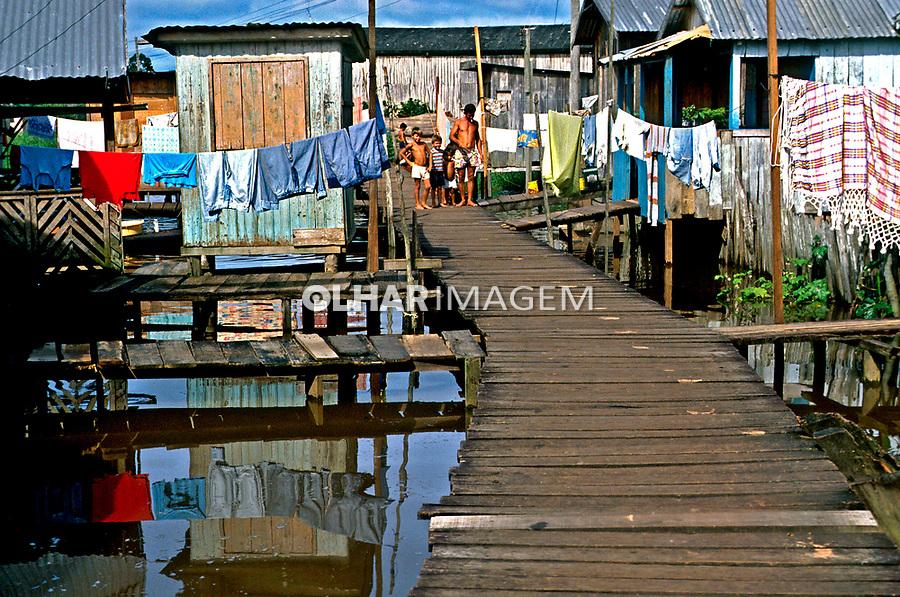 Moradias  palafitas em Cruzeiro do Sul. Acre. 1988. Foto de Cynthia Brito.