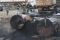 CAMPINAS, SP, 30.07.2019: INCÊNDIO-SP - Um incêndio atingiu quatro carretas carregadas com emulsão asfáltica na empresa Basalto em Campinas, inteiror de São Paulo, na tarde desta terça-feira (30). Não houve feridos e o fogo foi controlado pelos bombeiros. (Foto: Luciano Claudino/Código19)