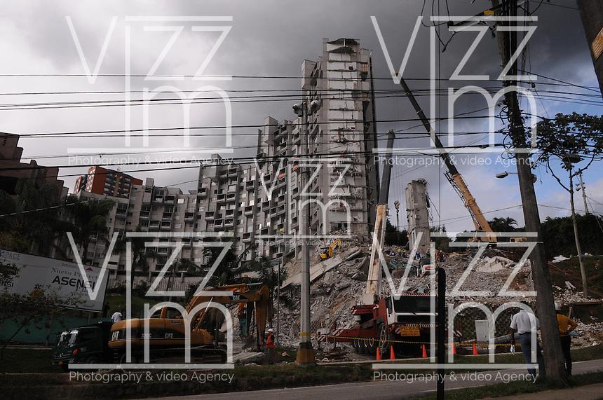 MEDELLÍN - COLOMBIA, 23-10-2013. Aspecto de las labores de rescate en los escombros de la torre 6 del conjunto Space ubicado en el lujoso sector de El Pobledo de la ciudad de Medellín.  La edificación colapsó el pasado 12 de octubre en las horas de la noche por presuntos daños estructurales y dejó un saldo de 11 personas desaparecidas de las cuales solo se han rescatado los restos de tres. / Aspect of the rescue works at the rubble of the tower 6 on the Space building located in the exclusive  area of El Poblado in Medellin city. The tower collapsed the last October 12 at night by alleged structural flaws and left 11 people missing of which were only rescued 3. Photo: VizzorImage/Luis Rios/STR