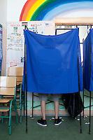 Atene,17 giugno 2012 elezioni politiche nazionali: un uomo nella cabina elettorale in un seggio della citt&agrave;.<br /> Athens, June 17, 2012 national elections, voting<br /> Ath&egrave;nes, Juin 17, 2012 &eacute;lections nationales, les bureaux de vote