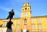 - front of the town hall and Garibaldi statue....- facciata del municipio e statua di Garibaldi