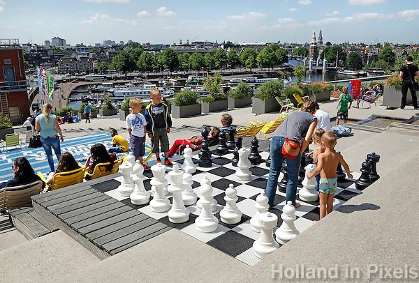 Schaakspel op het dak van het Nemo Museum in Amsterdam