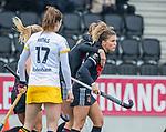 AMSTELVEEN - Maria Verschoor (Adam) brengt de stand op 1-1   tijdens de hoofdklasse hockeywedstrijd dames,  Amsterdam-Den Bosch (1-1). links Marloes Keetels (DenBosch)    COPYRIGHT KOEN SUYK