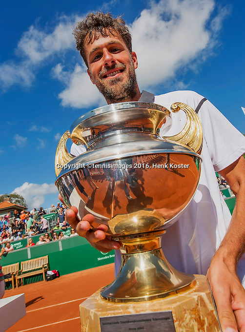 The Hague, Netherlands, 31 July, 2016, Tennis,  The Hague Open, Robin Haase (NED) with the Trophy<br /> Photo: Henk Koster/tennisimages.com