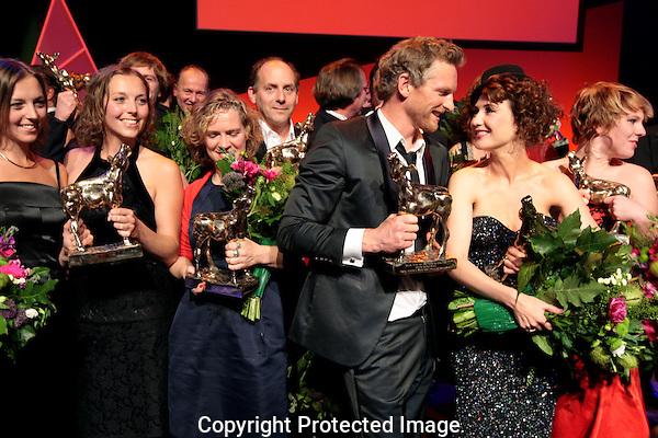 20101001 - Utrecht - Foto: Ramon Mangold - .Uitreiking Gouden Kalveren 2010 in de Schouwburg te Utrecht.  De zusjes Van Velzen, Ditteke Mensink, Barry Atsma, Carice van Houten en Coosje Smid. (VLNR, voorste rij). Gouden Kalf.