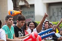 SAO PAULO, 19 DE JUNHO DE 2013. CONCENTRA SP - VALE DO ANHANGABAU. Publico assiste ao jogo do Brasil X Mexico no Vale do Anhangabaú durante o evento Concentra SP. Durante o evento,  são transmitidos os jogos da copa das confederações em telões no Vale do Anhangabau. FOTO ADRIANA SPACA/BRAZIL PHOTO PRESS.