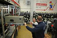 4. Erlebnistag der Feuerwehr Gross-Gerau<br /> Nancy Bosse bekommt das Löschfahrzeug von Daniel Kurth erklärt<br /> Foto: Vollformat/Marc Schüler, Schäfergasse 5, 65428 Rüsselsheim, Fon 0151/11654988, Bankverbindung Kreissparkasse Gross Gerau BLZ. 50852553 , KTO. 16003352. Alle Honorare zzgl. 7% MwSt.