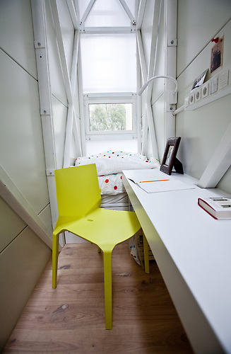 Schreibtisch im Etgar Keret Haus, Im Etgar Keret Haus in Warschau. Es ist das schmalste Haus der Welt und an der schmalsten Stelle nur 70 cm breit. Es ist als Kunstprojekt geplant und temporär werden verschiedene Künstler dort arbeiten. / Desk inside the Etgar Keret, House In Etgar Keret House in Warsaw. It is the narrowest house in the world and at its narrowest point is only 70 cm wide. It is planned as an art project and temporarily different artists working there.