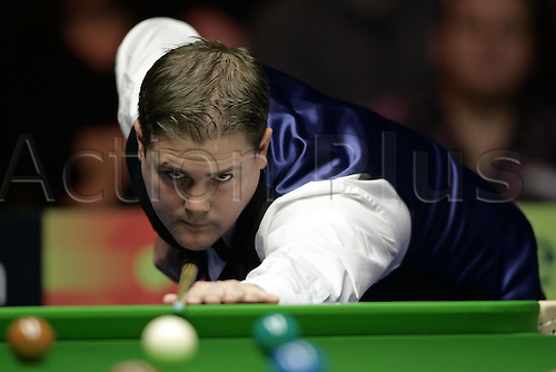10 November 2004: Snooker player ROBERT MILKINS (ENG) during his second round defeat to Hendry. The British Open, The Brighton Centre, Brighton, England. Photo: Glyn Kirk/Actionplus....041110 baize balls player