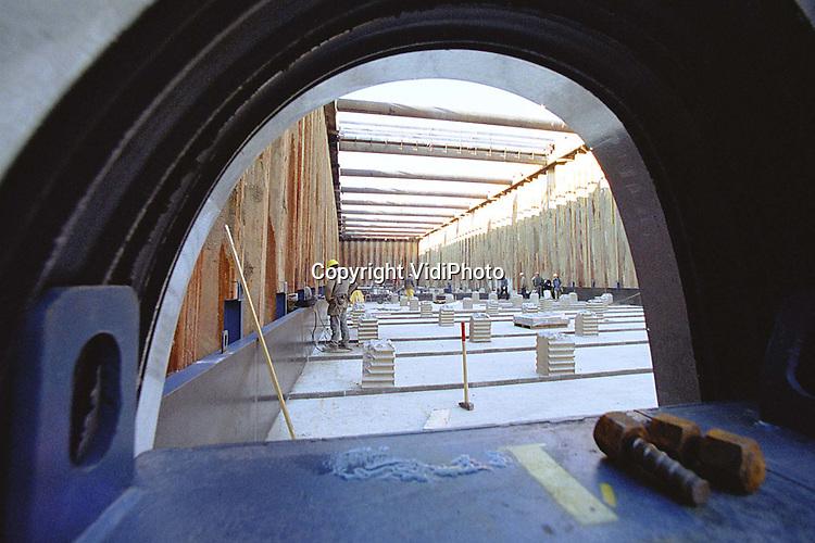 Foto: VidiPhoto..ZEVENAAR - De bouw van de 2,5 km lange spoortunnel bij Zevenaar verloopt niet helemaal zonder problemen. Omwonenden aan de oostzijde van de tunnel hebben geklaagd over misselijkheid en duizeligheid tijdens het heien van de palen. Volgens onder zoek zou dit komen door de laagfrequente trillingen die dan ontstaan. Dinsdag wordt een proef genomen met een ander type heipalen. De spoortunnel wordt op traditionele wijze aangelegd; met een betonnen bak een stalen damwanden.