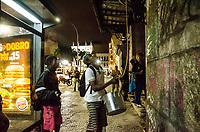 RIO DE JANEIRO, RJ, 12.09.2018 - OCUPAÇÃO-RJ -  Comida sendo levada atraves de coda para os ocupante do Casarão que foi sede do Automovel Clube do Brasil que esta abandonado desde 2016, foi ocupado desde sábado por um grupo de ativistas com o intuito de revitalizar o predio e transformar em no Centro Cultural Marielle Franco. Saiu uma determinação para desocupação pelo Paulo Messina, secretário da casa civil, Lapa no Rio de Janeiro (RJ), nesta quarta-feira (12)(Foto: Vanessa Ataliba/Brazil Photo Press)